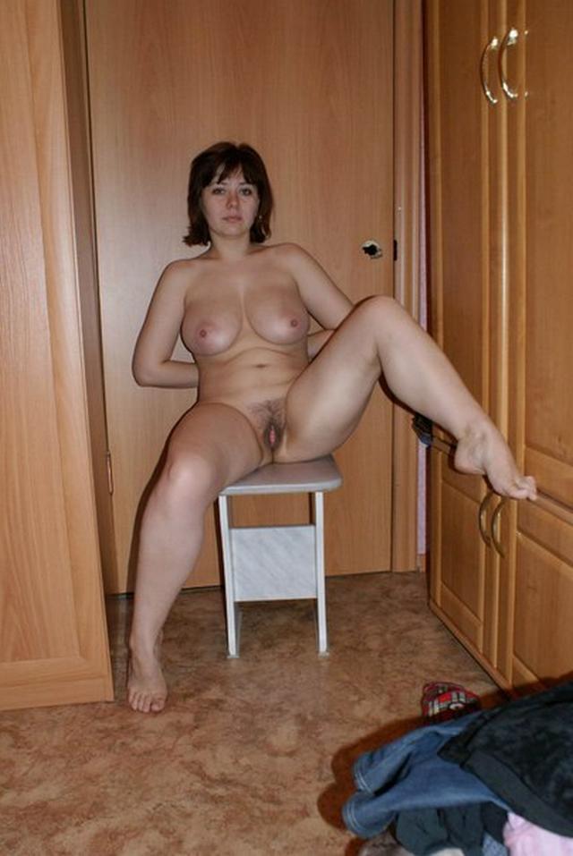 позирует перед мужем порно