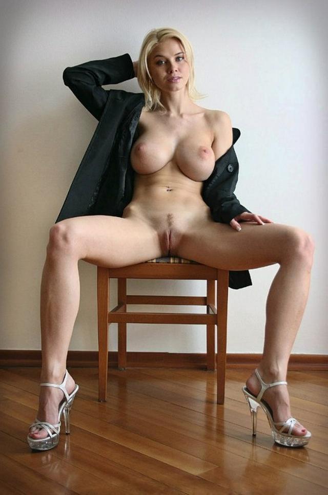Голая блондинка слюнявит руку