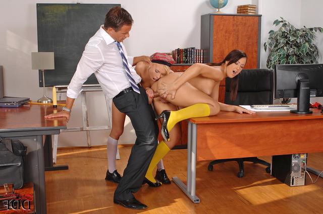 Трахает себя у кабинете русское студенток препод двух в